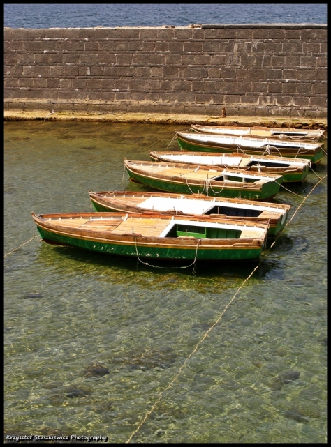 Łódeczki przycumowane do niewielkiej przystani koło zamku Castel dell'Ovo w Neapolu. Na uwagę zasługuje fakt, że mimo, że jest to mocno zanieczyszczone i zaśmiecone miasto, to może jest krystalicznie czyste.