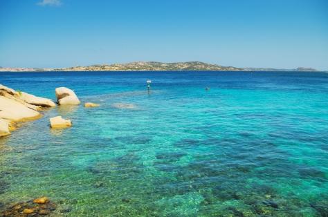 Widok z Palau. Pierwsza widoczna wyspa to Isola Santo Stefano, zaraz za nią widać wyspę Maddalena